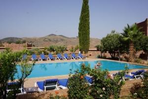 Vue vers l'ouest à travers la piscine d'Hôtel Kasbah Angour Atlas Montagne